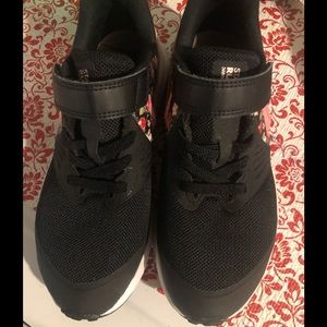 ⭐️Like New Nike w/floral design⭐️